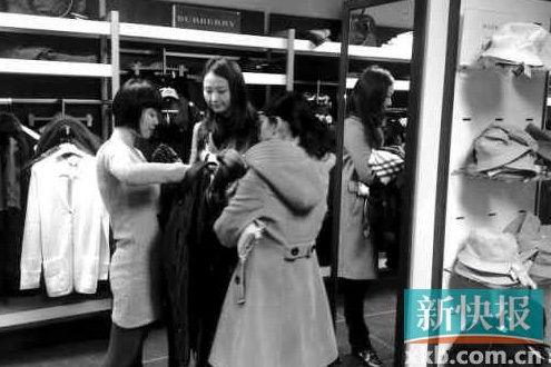 在巴宝莉专卖店内,华人游客正在挑选衣服