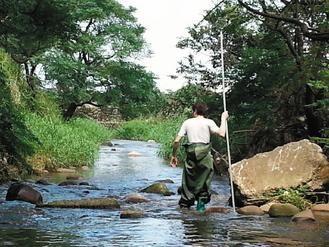警方5日在这条沟渠寻获死者的下半身。台湾《联合报》图