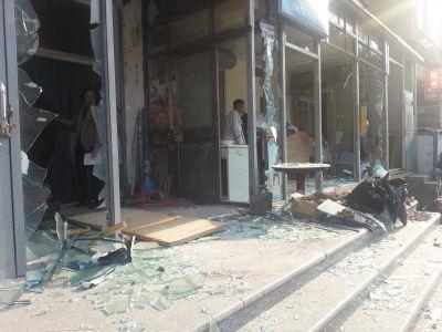 公建玻璃门窗被砸,现场一片狼藉。