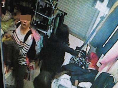 """监控显示,就是这个""""双肩包""""偷走了手机。"""