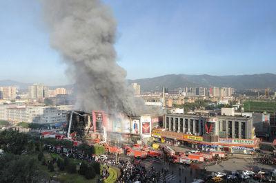 发生火灾的商场浓烟冲天。新华社发