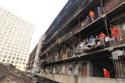 昨日,很多居民看到大火过后的场景还不寒而栗。