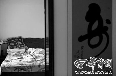 昨日,徐万发躺在自家床上,鼻子插着氧气管 本报记者张杰摄