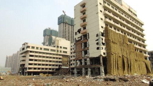纵向爆破前的南楼