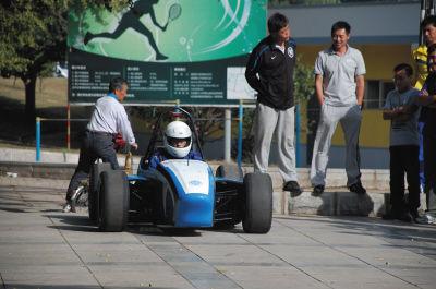 赛车手在学校的小广场练习