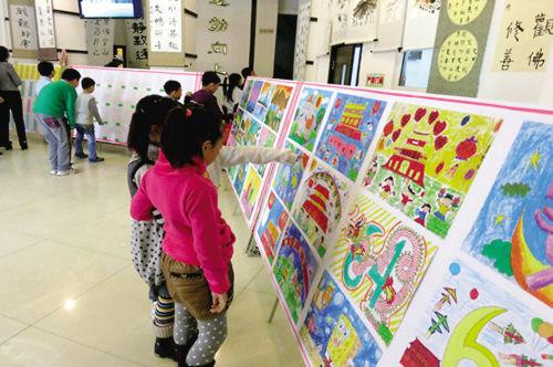 小学生在参观作品展.(图片由海城团市委提供)-中国梦,我的梦 青