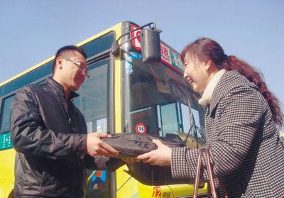 真正的主人刘女士(右)感谢闫师傅(左)