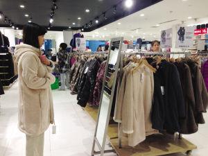 今年冬装产品进货价格有所上涨 华商晨报 华商响网记者 张林林 摄
