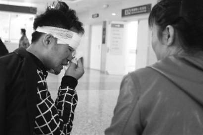 昨日,在沈阳医学院奉天医院,闻听小付17日被车撞伤的消息,小付的母亲赶到医院,母子俩刚一见面就止不住地哭起来,治疗的费用使本来就单亲的家庭又雪上加霜。