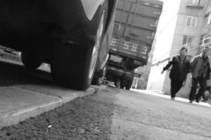 昨日上午,在沈阳市重工南街勋业三路37号附近,两排近200米长的人行道只高出车道路面三指。北国网、辽沈晚报记者 姜旭 摄