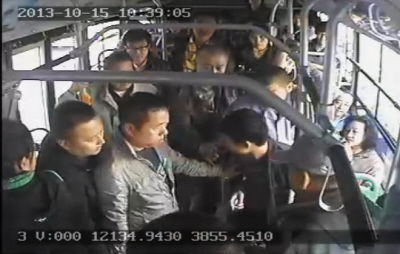 小偷(画圈处)在公交车上被抓