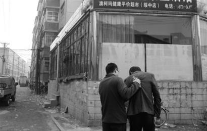 前日,正当李丽夫妻受到威胁时,几名警察一拥而上,将张某(右一)抓获。 警方供图