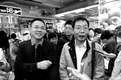 陈生(左)和陆步轩在向大家介绍壹号土猪