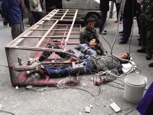 事故现场,两名伤者躺在地上 ■读者供图