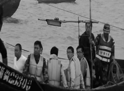 前日4名大学生被困兴城海滨礁石,民警和渔民现场营救。