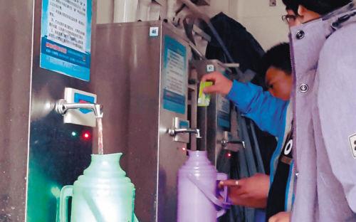 一壶热水大概要花费4角钱。记者 王江 摄