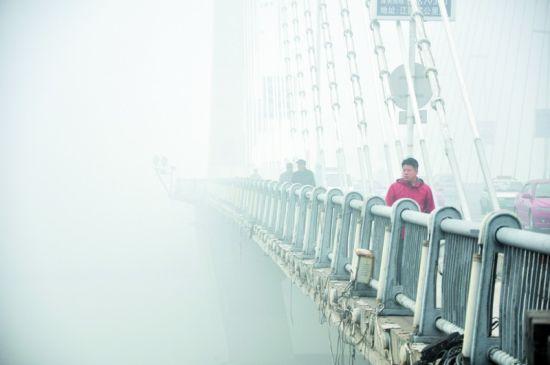 从20日凌晨开始,吉林省吉林市持续遭遇大雾袭击,能见度不足100米。新华社发