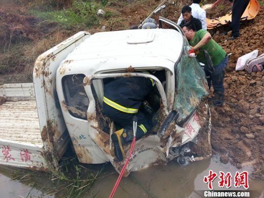 坠入公路下方的货车面目全非 刘辰 摄