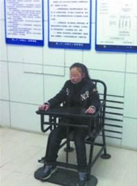 公交车上,女子假扮孕妇偷盗,结果怀中的抱枕掉了出来,露馅了。 警方供图