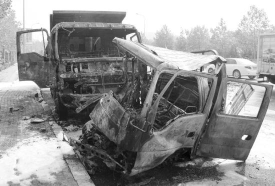 由于小货车上满载着生物醇油,两辆车被大火烧得面目全非