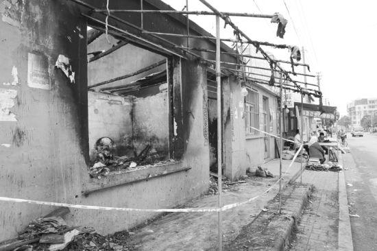包子铺液化气罐爆炸,门窗已经被全部烧光了。半岛晨报、海力网摄影记者阎昱颖