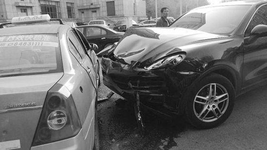 车祸现场,保时捷前脸受损