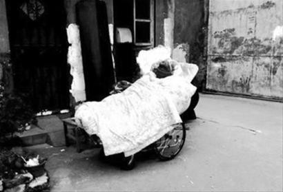 老人带着棺材露宿街头
