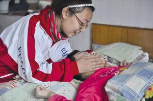 甄思瑶每天放学回家都会陪在姐姐身边照顾姐姐。记者 张诗尧 摄