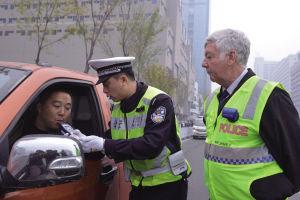 澳大利亚退休警官雷·舒亦现场指导沈阳交警针对酒后驾驶的执法标准化和高效化