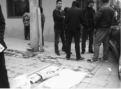 昨日清晨5时20分许,沈河区十三纬路大西菜行早市附近,一辆出租车倒车将一名78岁的摆摊老者碾轧身亡,肇事司机驾车逃逸。