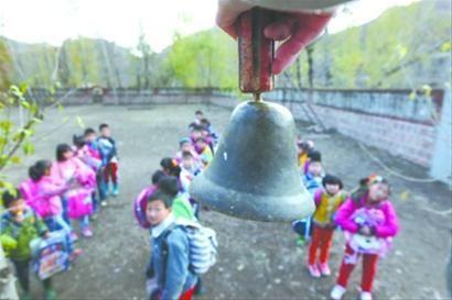 一个传承了半个多世纪的手摇铃提醒学生按时上课、下课。记者 查金辉 摄