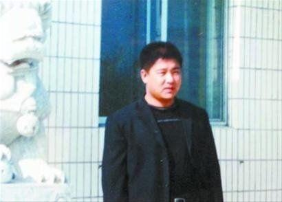 郭辉在自己别墅前照片。