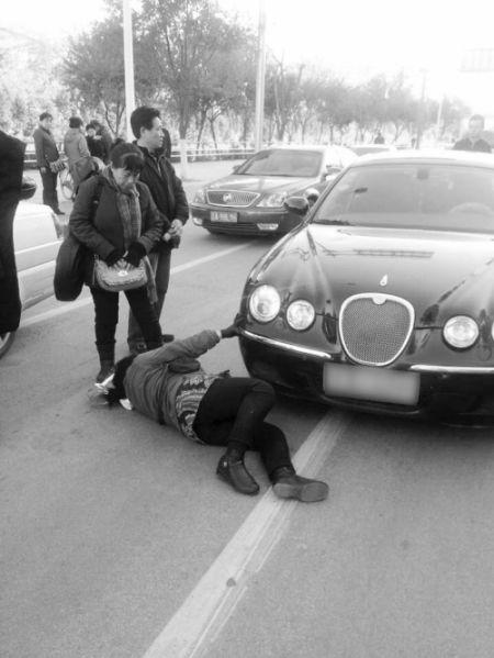 老妇被豪车撞倒