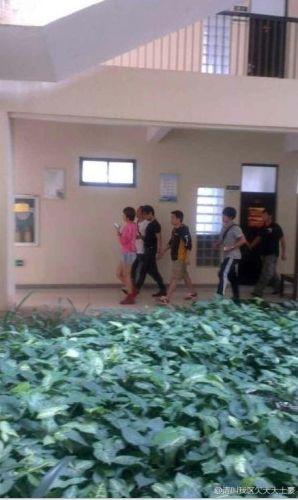近日,有媒体拍到章子怡和汪峰同游三亚,两人行动十分低调,全副武装的他们拒绝合影和签名的要求