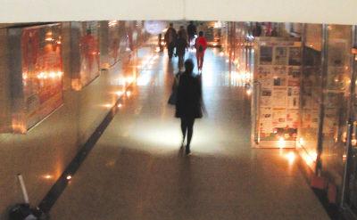 温暖的烛火在通道走廊两侧延伸开来。