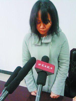 大学生母亲接受采访表情痛苦