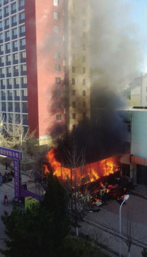 大火很快将工棚烧毁■网友图片