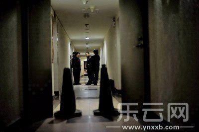 民警在案发现场勘查。本报记者 黄璇 摄