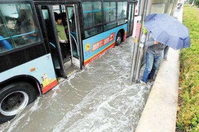 等车和下车人的鞋会被灌进污水