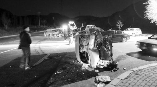 车祸现场,微面被撞得面目全非。记者孙振芳