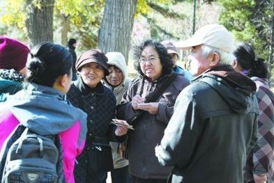 北国网、辽沈晚报首席记者 夏雪 记者 兰晓玉 徐月姣昨日,在沈阳南湖公园内,一群老年人聚集在这儿,为儿女相亲。记者 曲值 摄