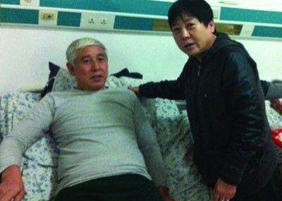 昨日下午,林红艳专程到医院看望在车祸中受伤的张文俊并合影。林红艳提供