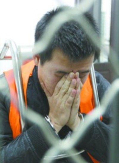 沈阳皇姑区看守所里,郑某对自己的犯罪行为感到非常后悔。郑某交待,假警服、证件是他花400元钱左右在网上买的