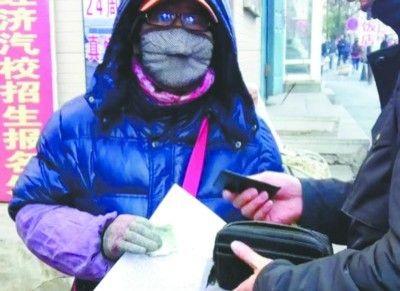 昨日上午9时许,沈阳市和平区保安寺街公安医院体检站,有人高价收费代办驾驶员体检,并且不需要本人体检就能拿到盖满章的体检表。视频截图