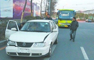 隧道内两车刮碰,引发六车连环撞。其中一辆是公交车,载着40多名乘客,好在都无大碍。隧道内一度拥堵。