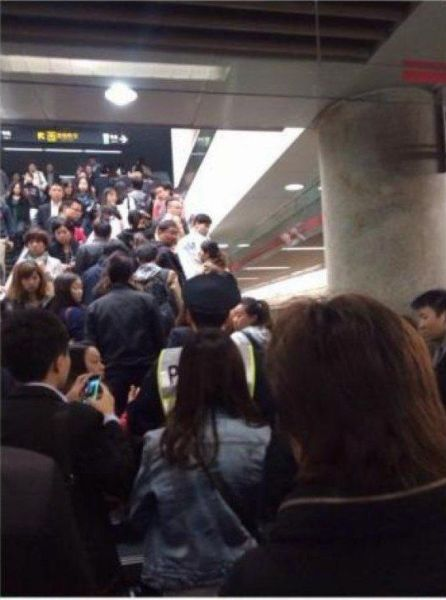 猥亵男子被协管人员带出地铁站