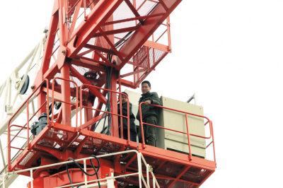 记者赶到时,他俩已在塔吊上待了一天一夜