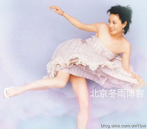 王菲罕见俏皮短裙照
