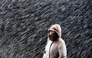在和平区西塔街,有市民在疾风中冒雪前行