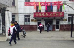 穿着不同校服的学生进入109中学开始一天的学习。记者 陈思 摄